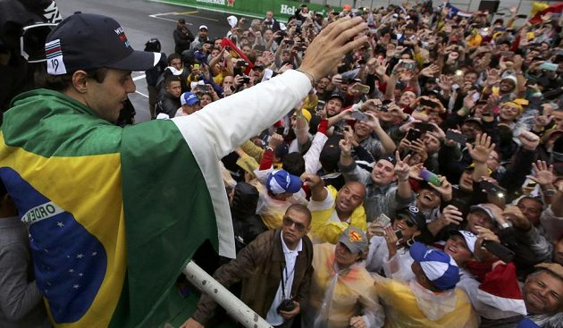 Dojatý Felipe Massa zdraví své fanoušky.