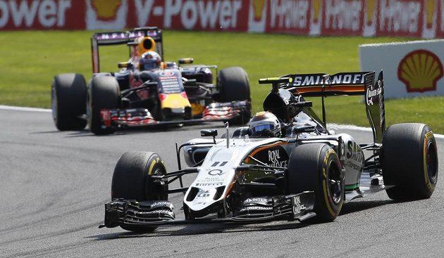 Sergio Pérez (vpředu) ze stáje Force India před Australanem Danielem Ricciardem z Red Bullu, jenž ve Spa nakonec nedojel a loňské vítězství tak neobhájil.