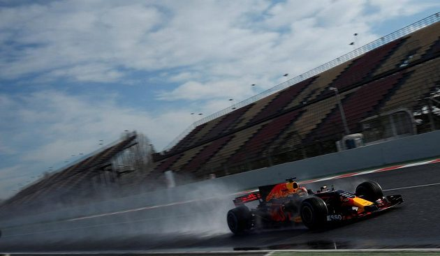 Nebe modré, dráha ale díky kropicím vozům mokrá. Max Verstappen s vozem Red Bull při testech pneumatik do deště.