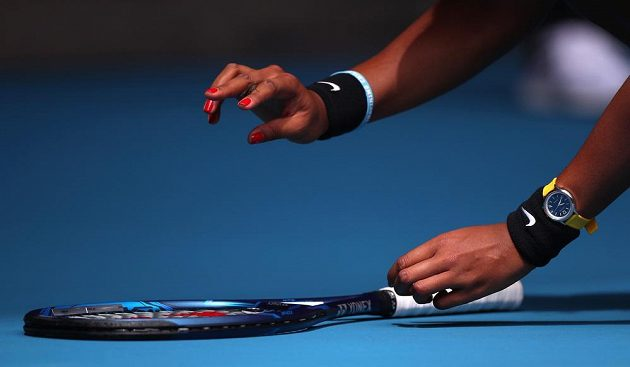 Naomi Ósakaová sbírá hmyz během utkání 2. kola Australian Open.