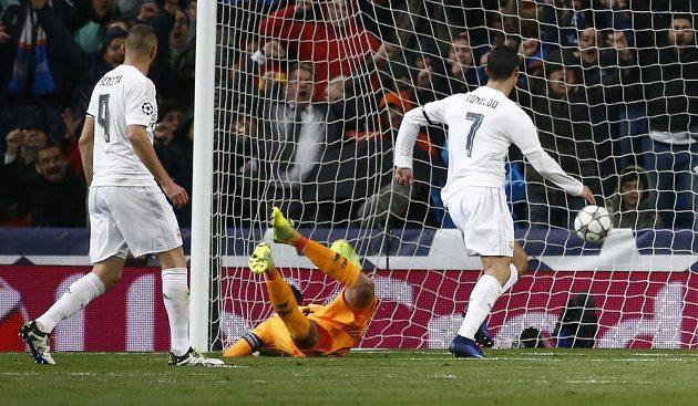 Cristiano Ronaldo dává gól Wolfsburgu v odvetě čtvrtfinále Ligy mistrů.