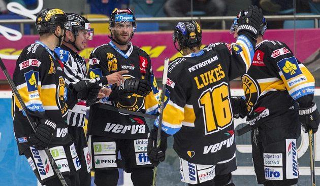 Hokejisté Litvínova se radují z gólu v Hradci Králové. Střelec úvodního gólu, útočník Litvínova Viktor Hübl (třetí zleva), oslavuje se spoluhráči.