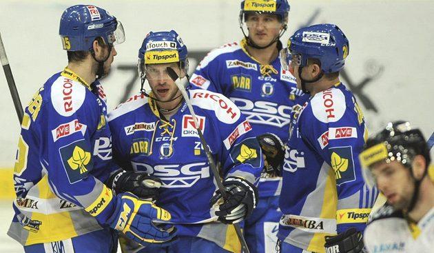 Zlínští hokejisté se radují ze vstřelení gólu na ledě Vítkovic, který vstřelil Ondřej Veselý (druhý zprava).