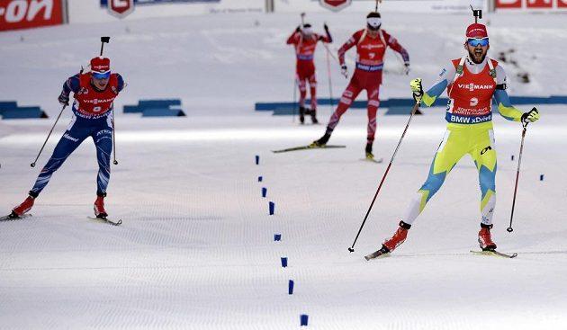 Cílová rovinka závodu na 15 km s hromadným startem. Vpravo vítěz Jakov Fak ze Slovinska, vlevo stříbrný Ondřej Moravec.