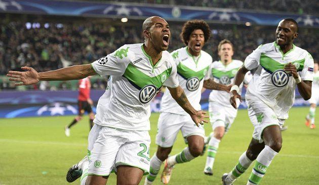 Naldo z Wolfsburgu se raduje z gólu proti Manchesteru United.