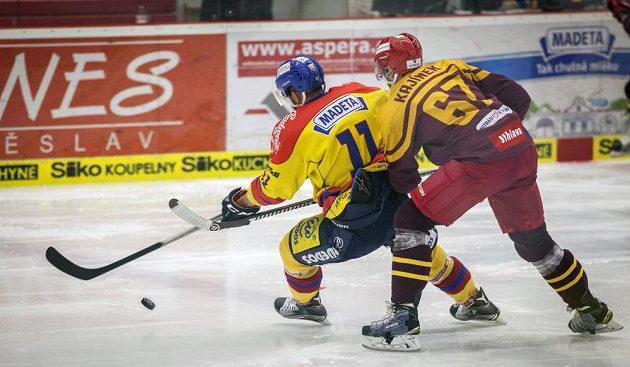Českobudějovický Miroslav Čermák a David Kajínek z Jihlavy v souboji během utkání 4. kola baráže o hokejovou extraligu.