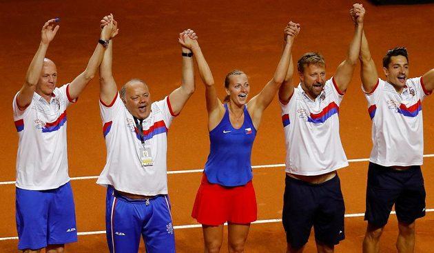 Česká tenistka Petra Kvitová slví s fedcupovým týmem postup do finále.