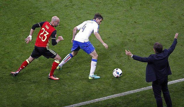 Ital Matteo Darmian (uprostřed) si kryje míč před Belgičanem Laurentem Cimanem. Vpravo trenér Italů Antonio Conte.