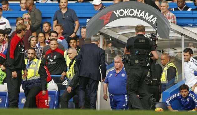 Trenér Chelsea José Mourinho míří po prohře s Liverpoolem kvapem do kabiny.