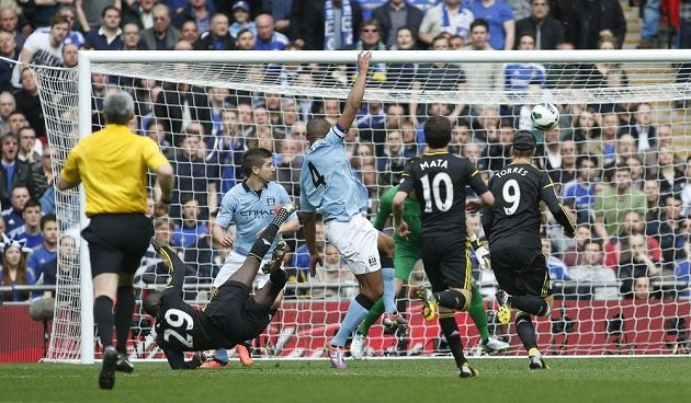 Útočník Chelsea Demba Ba (29) střílí gól v zápase s Manchesterem City.