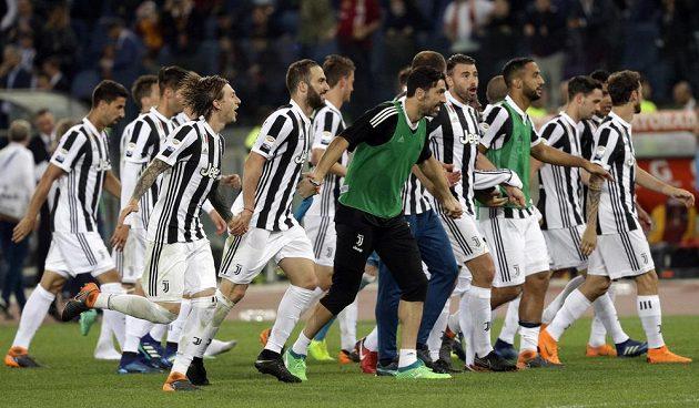 Fotbalisté Juventusu Turín slaví posedmé za sebou mistrovský titul v italské lize. Stačila jim k němu remíza s AS Řím.