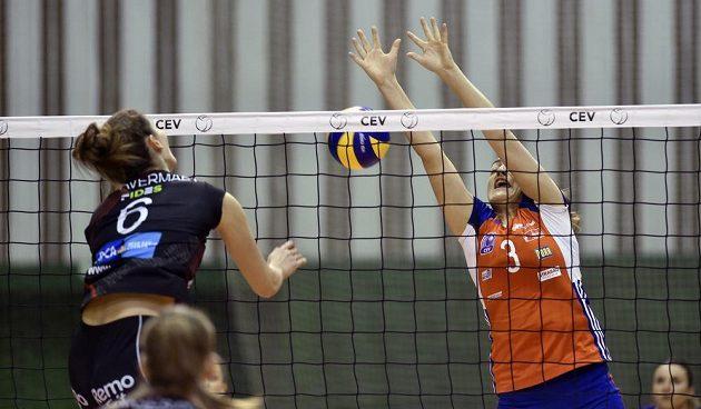 Volejbalistka Silke van Avermaetová z Beverenu v akci společně s Veronikou Trnkovou z Olomouce během odvety osmifinále Poháru CEV.