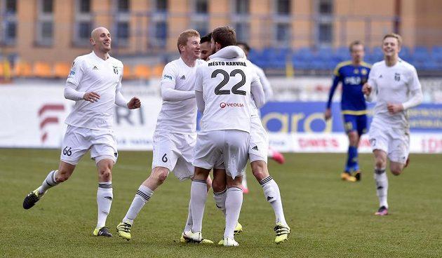 Radost karvinských hráčů z třetího gólu proti Jihlavě.