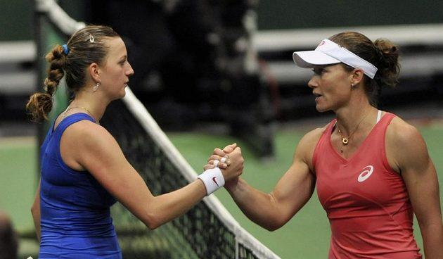 Samantha Stosurová blahopřeje Petře Kvitové k vítězství.
