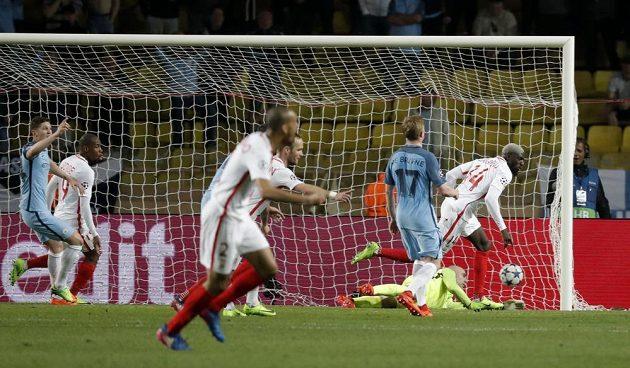 Tiemoue Bakayoko z Monaka naskočil na Lemarův centr a hlavičkou vstřelil třetí gól knížeckého klubu.