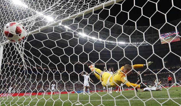 Brankář Anglie Jordan Pickford nedosáhl na střelu Ivana Perišiče a Chorvaté srovnali na 1:1.