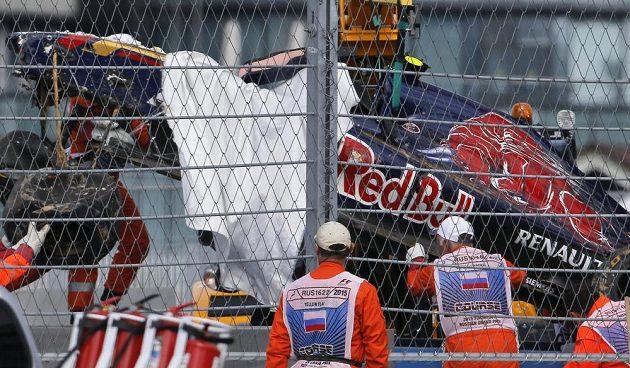 Zbytky monopostu stáje Toro Rosso po nehodě Carlose Sainze.