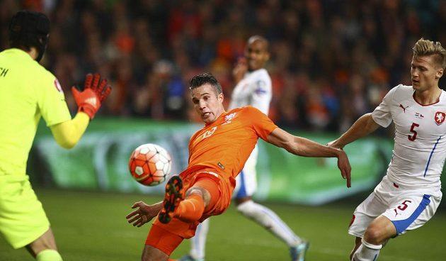 Nizozemec Robin van Persie překonává Petra Čecha v kvalifikačním utkání v Amsterdamu. Vpravo je Václav Procházka.