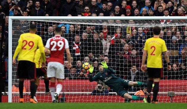 Gólman Arsenalu Petr Čech chytá pokutový kop útočníka Watfordu Troye Deeneyho.