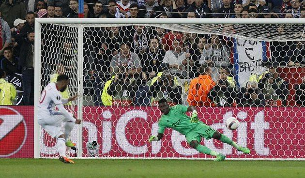 Lyonský Alexandre Lacazette proměňuje penaltu v odvetě semifinále Evropské ligy.