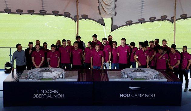 Fotbalisté Barcelony pózují u makety nového Cam Nou.