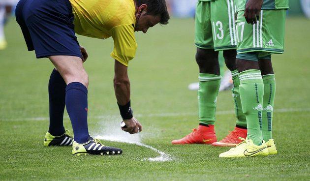 Italský sudí Nicola Rizzoli používá novinkový sprej.