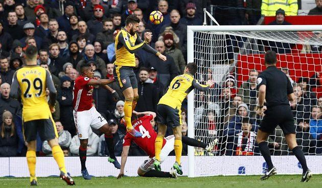 Útočník Arsenalu Olivier Giroud střílí vyrovnávací gól na Old Trafford.