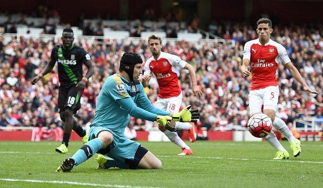 Petr Čech zasahuje proti střele jednoho z hráčů Stoke City.