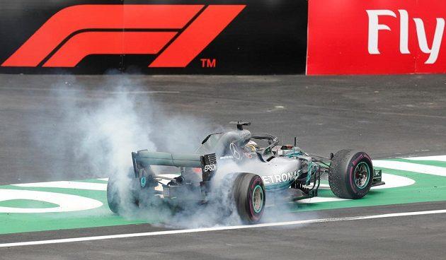 Lewis Hamilton oslavuje svým oblíbeným manévrem pátý titul mistra světa v kariéře.