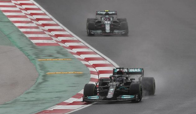 Stíhací jízda Lewisa Hamiltona na mokré trati GP Turecka.