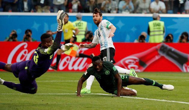 Argentinec Lionel Messi (10) otevřel skóre. Nigerijský brankář Francis Uzoho se natahoval po míči marně stejně jako Kenneth Omeruo (22).
