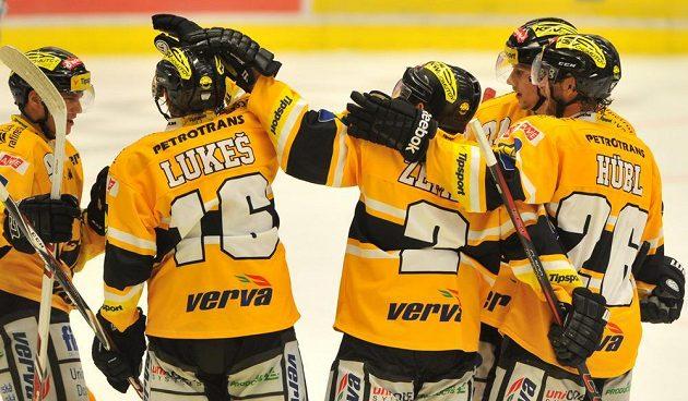 Litvínovští hokejisté se radují ze vstřelení gólu ve Vítkovicích, jehož autorem byl útočník František Lukeš.