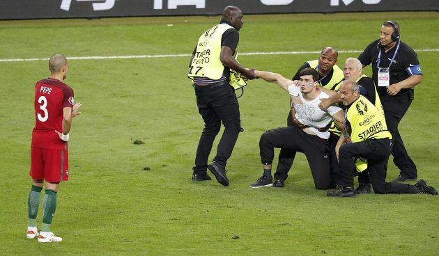 Problém, fanoušek vtrhl na hřiště během finálového zápasu Francie s Portugalskem.