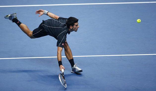 Novak Djokovič v akrobatické pozici.