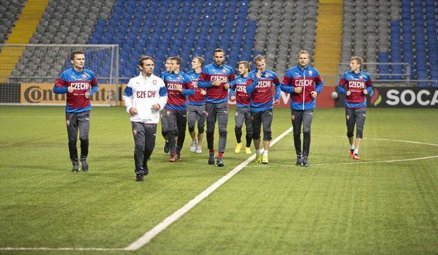 Čeští reprezentanti během předzápasového tréninku v Kazachstánu.