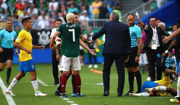 Po šlápnutí na Neymara (vpravo dole) se strhla menší potyčka. Po odpískání mexický hráč Layún šlápl na Neymarův kotník.
