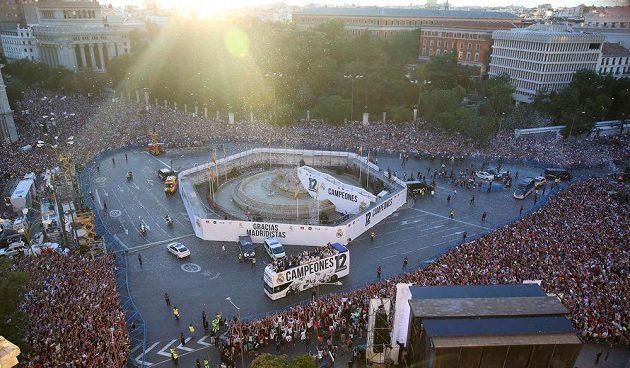 Fotbalisté Realu Madrid přijeli oslavit s fanoušky svůj triumf v Lize mistrů.