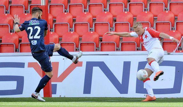 Antonín Barák ze Slavie (vpravo) střílí gól. Vlevo je obránce Slovácka Tomáš Košút.