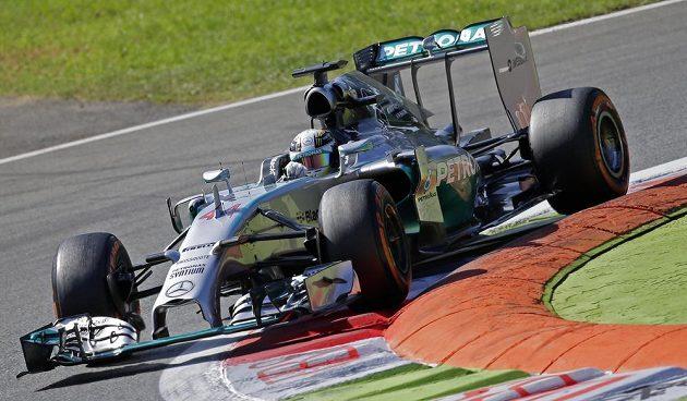Mercedes Lewise Hamilton na okruhu v Monze.
