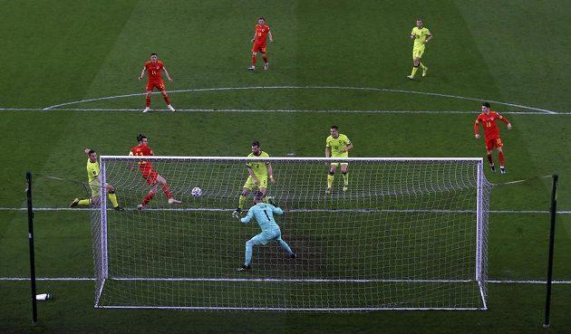 Velšan Gareth Bale druhý zleva ve velké šanci proti české reprezentaci v kvalifikaci MS.