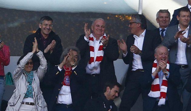 Bývalý prezident Bayernu Uli Hoeness (v horní řadě druhý zleva).