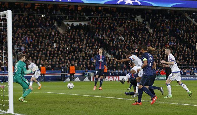 Záložník Chelsea John Obi Mikel (č. 12) střílí gól na hřišti Paris St. Germain v úvodním osmifinálovém utkání Ligy mistrů.