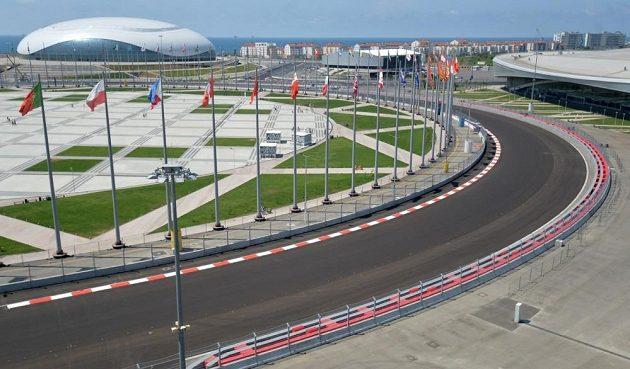 Trať okruhu pro F1 se v Soči vine mezi sportovišti zimní olympiády. Vlevo vzadu hokejová aréna Balšoj, vpravo rychlobruslařský stadión Adler.