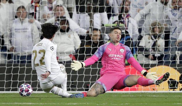 Isco z Realu Madrid překonává brankáře Edersona z Manchesteru City v úvodním osmifinále Ligy mistrů.