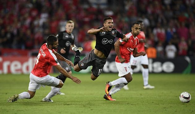 Dušan Tadič ze Southamptonu padá po souboji s hráči Beer Ševy.
