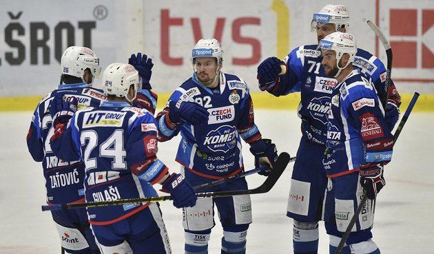 Hokejisté Brna se radují z gólu.