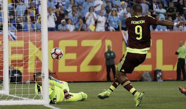José Salomón Rondón překonává Fernanda Musleru a rozhoduje o senzačním venezuelském postupu na Copa América právě na úkor Uruguaye.