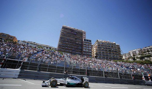 Brit Lewis Hamilton s mercedesem při kvalifikaci na Velkou cenu Monaka.