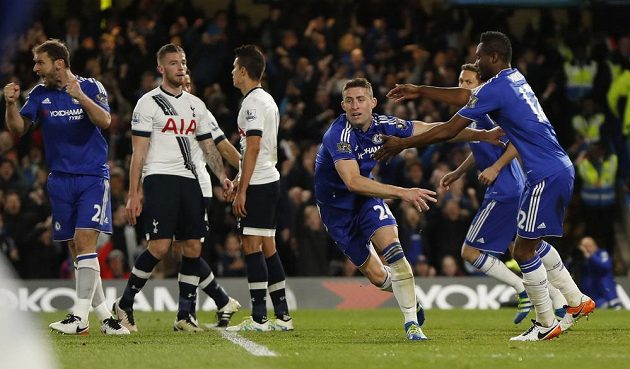 Gary Cahill (24) z Chelsea jásá po vyrovnávací brance proti Tottenhamu.