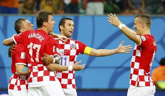Chorvat Ivica Olič (vlevo) jásá po gólu, kterým otevřel skóre v zápase s Kamerunem. Společně s ním na snímku Mario Mandžukič (17), kapitán Dario Srna (11) a Ivan Perišič (4).